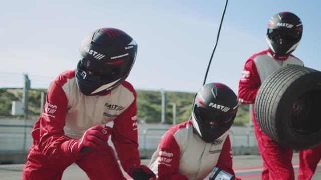 stockvideo's en b-roll-footage met bemanning met banden en apparatuur te wachten op de pit-stop - anticipation