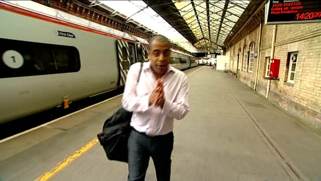 crewe and nantwich by-election: 10 days to go; england: cheshire: crewe: crewe station: int reporter to camera as getting off train and getting into... - ナントウィッチ点の映像素材/bロール