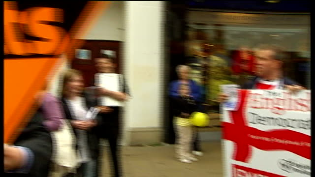 crewe and nantwich by-election: campaigning; man campaigning for 'the english democrats' shouting sot and pushing his placard in front of lib dem... - ナントウィッチ点の映像素材/bロール