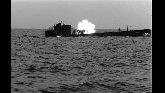 crewmen firing gun on deck of submarine as it travels through the water, sea. crewmen firing gun on deck of submarine on january 01, 1940 - crew stock videos & royalty-free footage