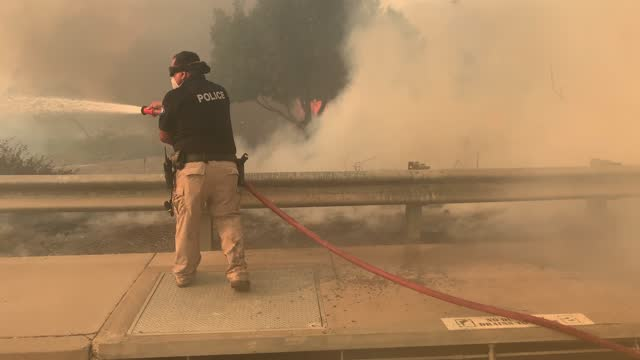 crews battle the silverado fire in irvine, ca, on monday, october 26, 2020. - irvine verwaltungsbezirk orange county stock-videos und b-roll-filmmaterial