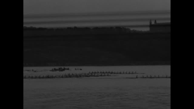 vídeos de stock e filmes b-roll de ws crews in racing shells moving down the hudson river in the poughkeepsie regatta the intercollegiate rowing association race can see opposite shore... - universidade de washington