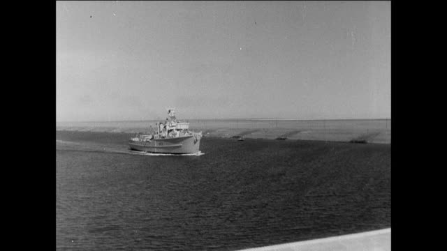 stockvideo's en b-roll-footage met crews lifting shipwrecks from the water after the suez crisis / egypt suez canal crisis / recovery and cleanup - canal do suez