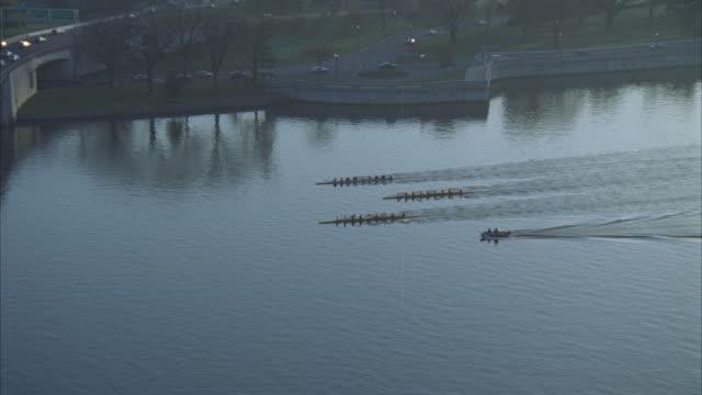 vídeos y material grabado en eventos de stock de low aerial, crews rowing on potomac river under roosevelt bridge, washington dc, washington, usa - río potomac