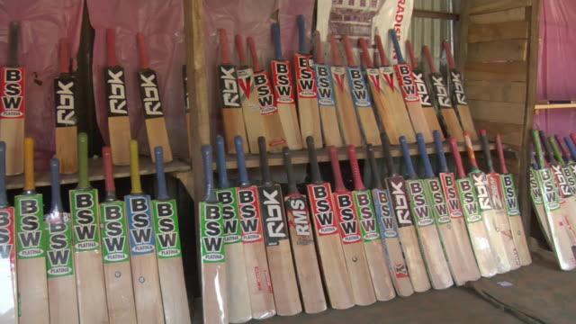 vídeos y material grabado en eventos de stock de cu pan cricket bats displayed in bat factory / bijbehara, jammu and kashmir, india - bate de críquet