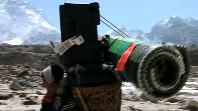 vídeos de stock e filmes b-roll de cricket team's mount everest mission: day eight; nepal: himalayas: mount everest: ext expedition team along mountian paths to everest base camp with... - acampamento base
