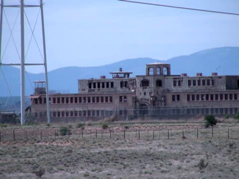 vidéos et rushes de crime : prison abandonné dans le désert aride, zoom arrière - extreme close up