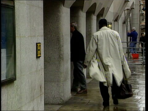 damilola taylor murder trial; itn england: london: old bailey: ext/raining bv defence lawyer of one of boys accused of damilola taylor murder away to... - 男爵夫人点の映像素材/bロール