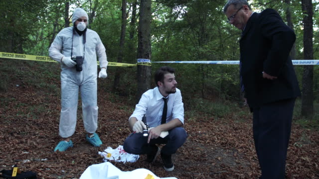 vídeos de stock, filmes e b-roll de cena do crime 4k - photographing