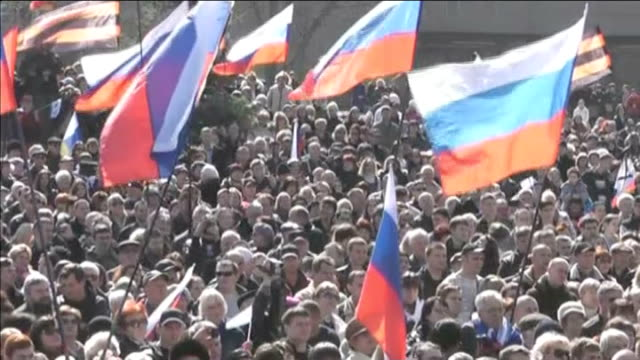 ukrainian soldier shot dead / putin annexes crimea ukraine crimea sevastopol ext various shots of crowd in square applauding crowd many holding... - wladimir putin stock-videos und b-roll-filmmaterial