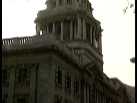 blake escape trial; ext england, london, old bailey gv court tilt up zoom in scales of justice - zoom out点の映像素材/bロール