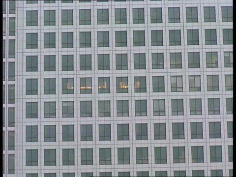 canary wharf: bomb plot foiled; cf tape no longer available england, london, docklands, canary wharf gv canary wharf tower zoom in int people working... - london docklands stock videos & royalty-free footage