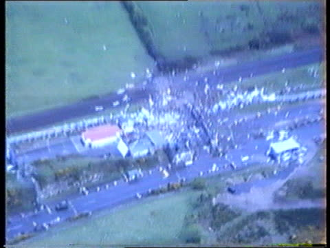 vídeos y material grabado en eventos de stock de crime/terrorism: ira bomb: soldier killed; northern ireland: crime/terrorism: ira bomb: soldier killed; northern ireland, newry bv soldiers with... - irlanda del norte