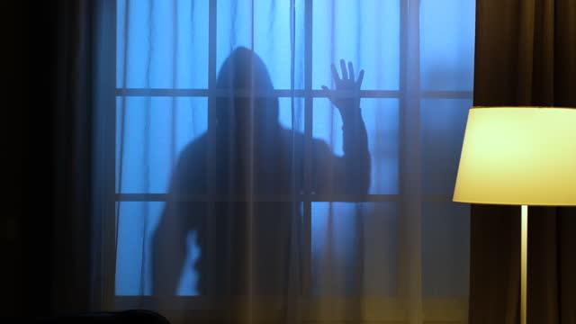 vídeos y material grabado en eventos de stock de criminal fuera de la ventana en la oscuridad. - ladrón de casas