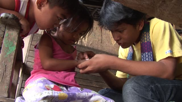 cris valdez began life unwanted by his parents and was soon scavenging in a philippine rubbish dump an unlikely start for a boy now hailed as an... - aas fressen stock-videos und b-roll-filmmaterial