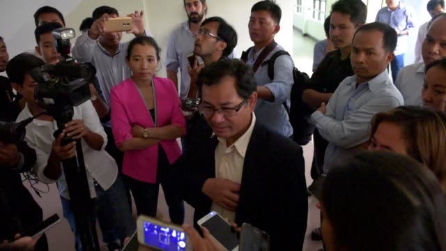 crisis gripped cambodia's last independent newspaper monday as the editor in chief was fired by its new owner over a front page article on the sale... - editorial bildbanksvideor och videomaterial från bakom kulisserna