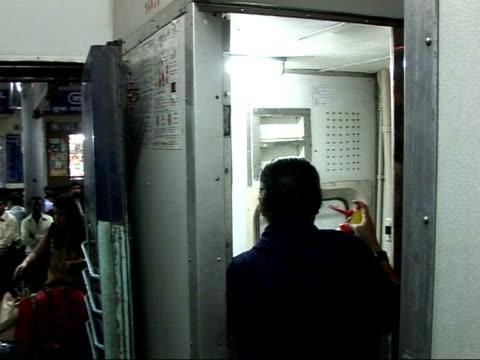 vídeos de stock e filmes b-roll de ralph fiennes visit: meeting villagers in maharashtra region / slums in mumbai; fiennes along on busy bustling train station platform / group of... - retrovírus