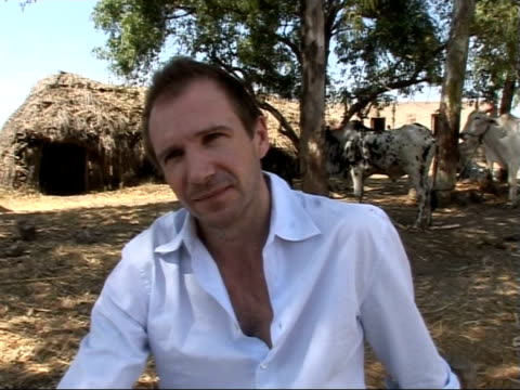 vídeos de stock e filmes b-roll de ralph fiennes visit meeting villagers in maharashtra region / slums in mumbai ralph fiennes interview sot on why he is working with unicef fitting it... - hiv aids conference