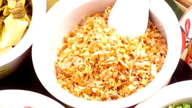 vídeos de stock, filmes e b-roll de receita de crocante chalotas fritas em tigela branca. - crocante