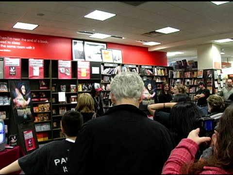 vídeos de stock, filmes e b-roll de criss angel and fans at the dvd signing of criss angel's 'mindfreak' at borders columbus circle in new york new york on december 27 2005 - evento de autógrafos