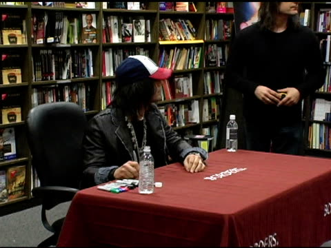 vídeos de stock, filmes e b-roll de criss angel at the dvd signing of criss angel's 'mindfreak' at borders columbus circle in new york new york on december 27 2005 - evento de autógrafos