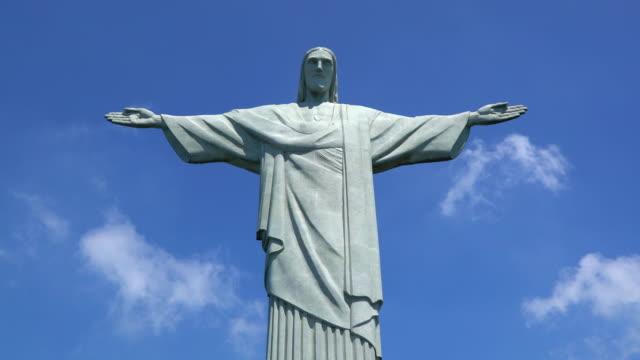 stockvideo's en b-roll-footage met cristo redentor (christ redeemer) statue on corcovado mountain in rio de janeiro, brazil, south america - standbeeld