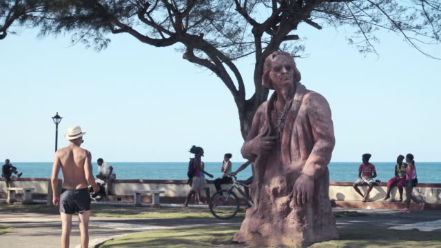 cristopher columbus sculpture statue at cuba coast. he arrived to baracoa coast malecón on the discovery of america. - クリストファー コロンブス点の映像素材/bロール