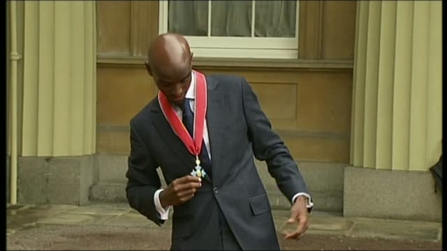 criticism of donald trump's immigration ban continues t28061343 / 2862013 athlete mo farah posing with cbe medal after investiture - itv london tonight weekend点の映像素材/bロール
