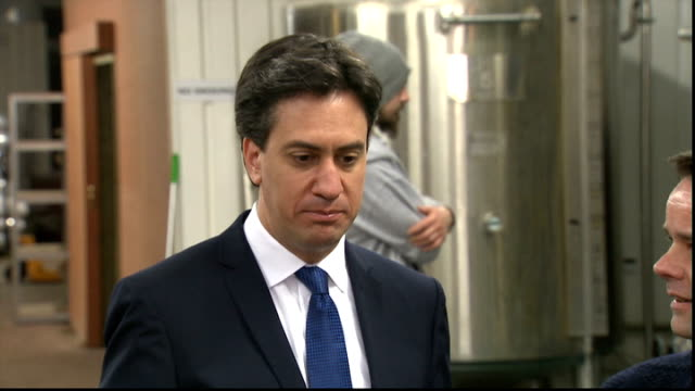 criticism of ed miliband from labour backbenchers lib / miliband drinking beer at brewery / new covent garden various shots miliband eating bacon... - ed miliband stock-videos und b-roll-filmmaterial