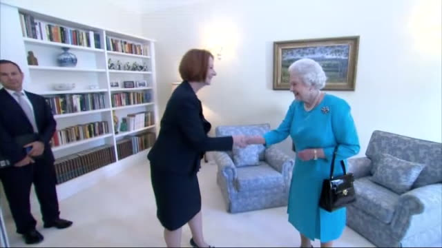 vídeos de stock, filmes e b-roll de criticism of julia gillard conduct during queen's visit; australia: canberra: int queen elizabeth ii meeting prime minister julia gillard, who bows... - primeiro ministro