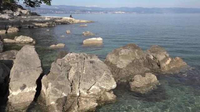 vídeos de stock e filmes b-roll de croatia adriatic coast with rocks at mid tide - só uma menina adolescente