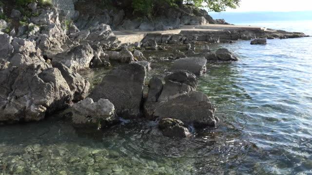 vídeos de stock, filmes e b-roll de croatia clear water and rocks at low tide - vazante