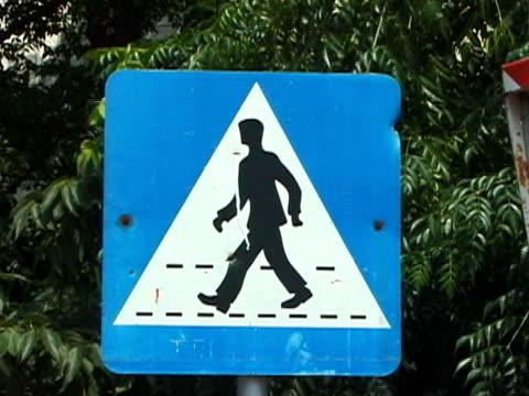 vídeos de stock, filmes e b-roll de croácia: faixa de pedestres/rua placa de travessia de pedestres - sinais de cruzamento