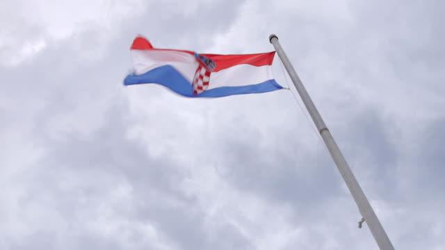 クロアチアの旗風にで手を振る - 旗棒点の映像素材/bロール