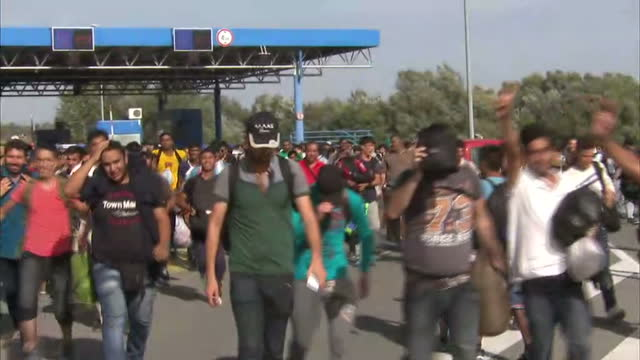croatia is at the centre of the migration crisis tonight, with thousands of people heading to its border from serbia. refugees desperate to reach... - serbien stock-videos und b-roll-filmmaterial