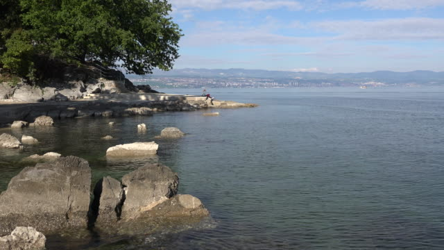 croatia rocks at low tide zoom in - mare adriatico video stock e b–roll
