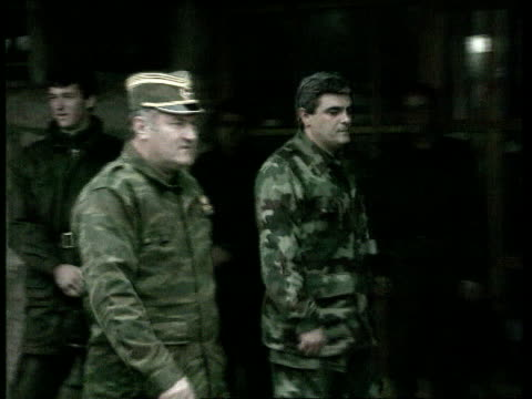 vidéos et rushes de croatian and muslim troops continue fighting pale pale cms gen ratko mladic commander along with other soldier pan lr shakes another soldier - officier grade militaire
