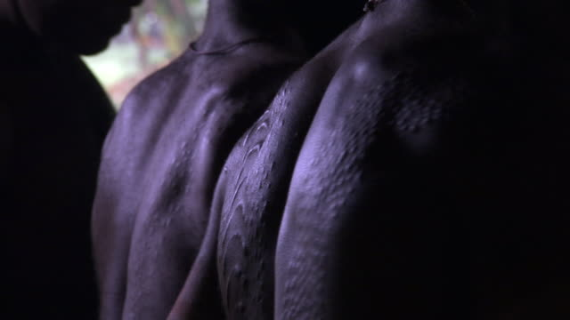 crocodile scars on back of kaningara man, sepik, png  - cicatrice video stock e b–roll