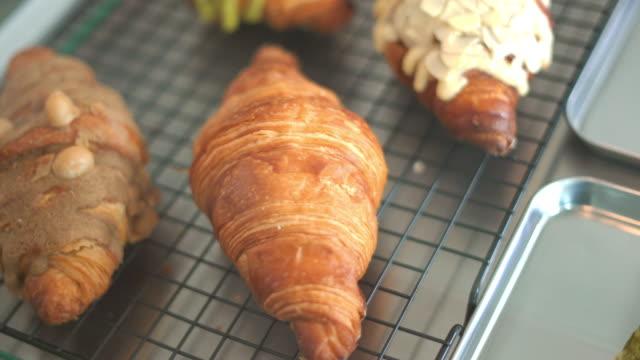 パン屋のクロワッサン - カスタードクリーム点の映像素材/bロール
