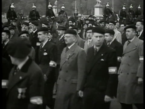 vidéos et rushes de croixdefeu french children walking in street wearing arm bands of croixdefeu leader colonel francois de la rocque watching people march men marching... - 1934