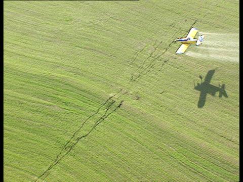 vídeos de stock e filmes b-roll de aerial ws zi crop duster in action over fields, galilee, israel - pulverizar