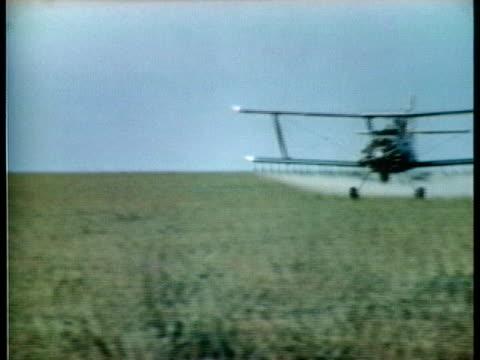 crop duster sprays an illinois corn field with pesticides. - 虫除け点の映像素材/bロール