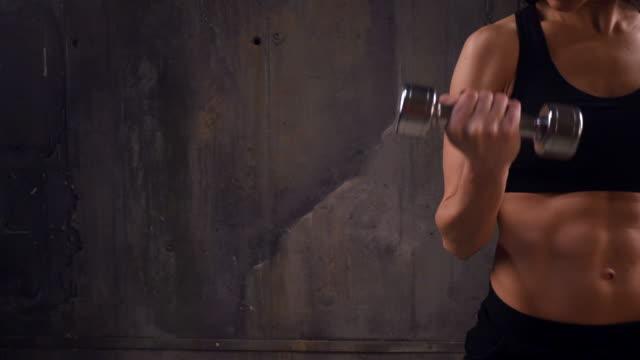 ernte-schuss von frau muskeln zeigen großen erleichterung von waffen und presse - bizeps stock-videos und b-roll-filmmaterial