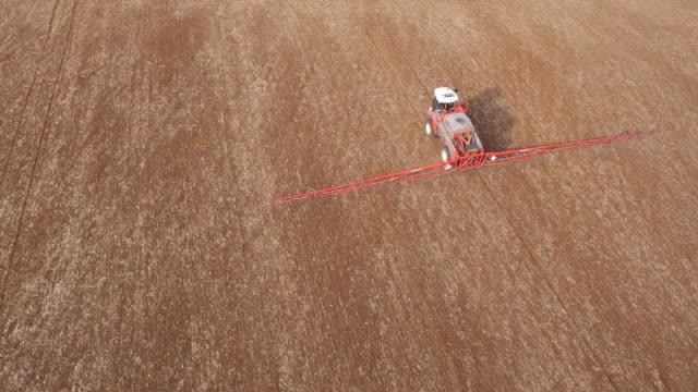 vídeos y material grabado en eventos de stock de crop sprayer, aerial view - tierra cultivada