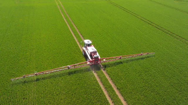 stockvideo's en b-roll-footage met crop sprayer - gewas