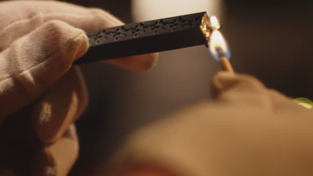 vidéos et rushes de mains cultivées de l'homme brûlant la bougie noire - manufacturing occupation