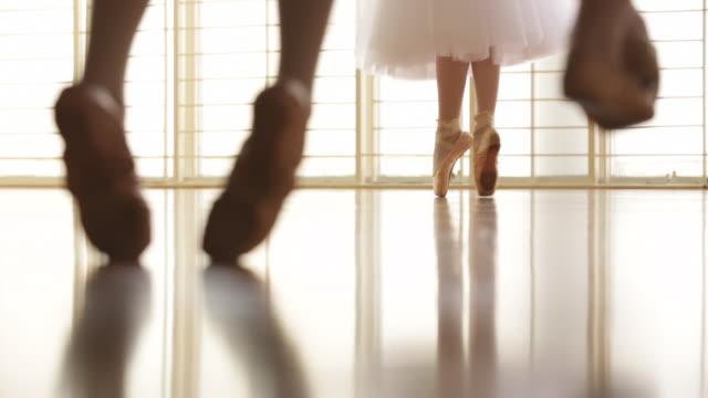 vídeos y material grabado en eventos de stock de cropped shot cu low angle view of ballerina dancing - de puntas