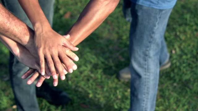 stockvideo's en b-roll-footage met bijgesneden beeld van mannen met teamgeest, stapelen handen - stapelen