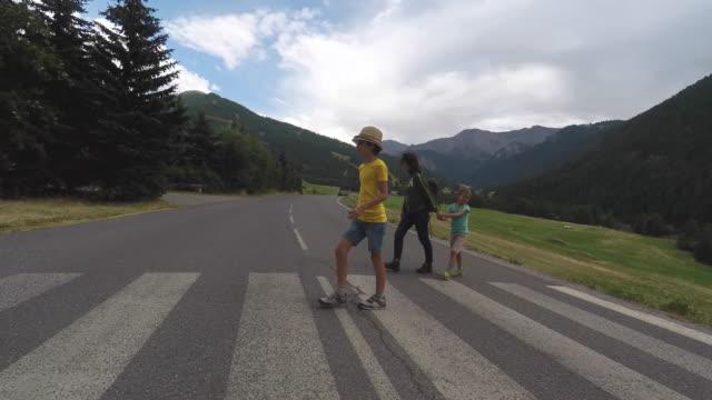 vídeos y material grabado en eventos de stock de cross a pedestrian crossing a mountain road - paso de cebra