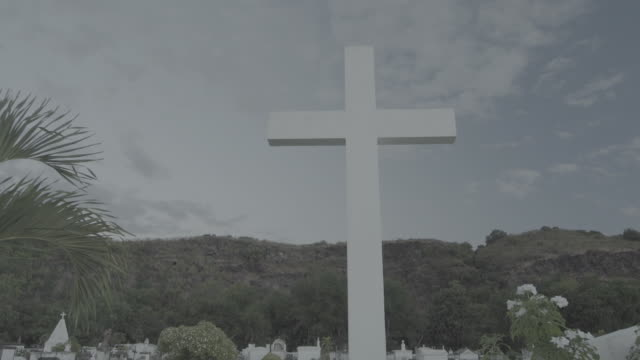 cross at reunion island cemetery, push in - friedhof stock-videos und b-roll-filmmaterial
